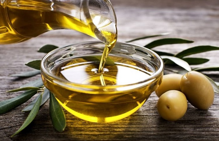 làm mặt nạ trắng da từ mật ong và dầu oliu