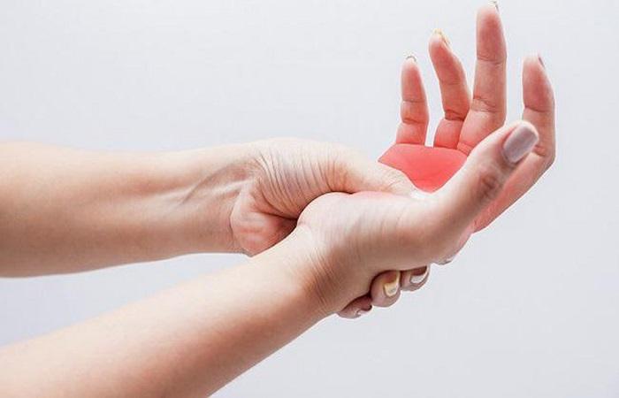 tê nhức chân tay, khó khăn khi vận động là triệu chứng thoát vị đĩa đệm