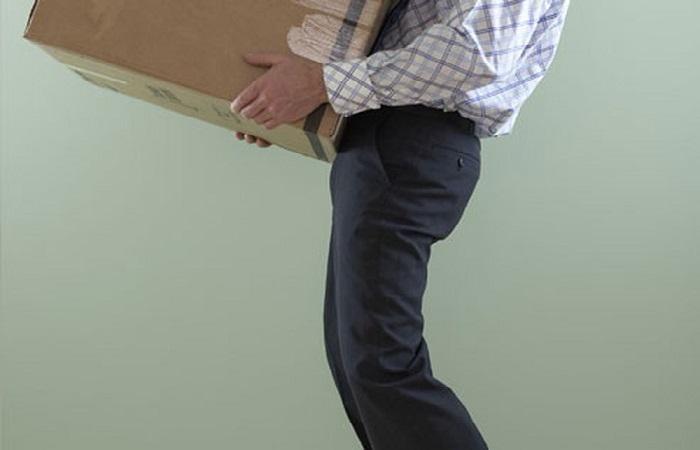 Mang vác vật nặng hoặc ngồi sai tư thế cũng có thể khiến bạn bị thoát vị đĩa đệm