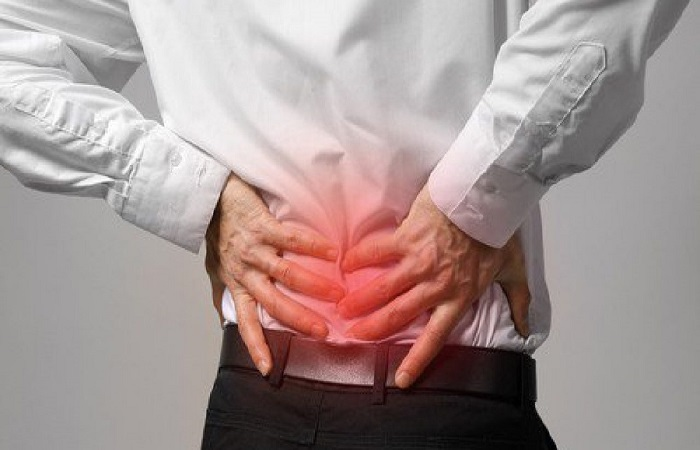 Cơn đau cục bộ tại vùng cột sống thắt lưng là triệu chứng cơ bản của bệnh thoát vị đĩa đệm