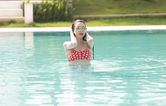 Nước hồ bơi chứa clo khiến da cháy nắng