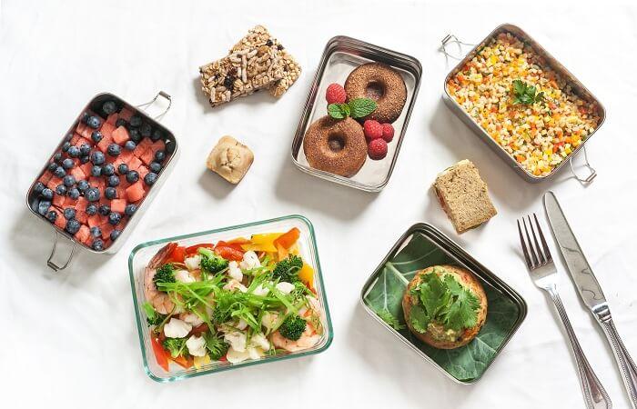 hãy chia 4 – 5 bữa ăn trong thực đơn ăn kiêng cho người đau dạ dày