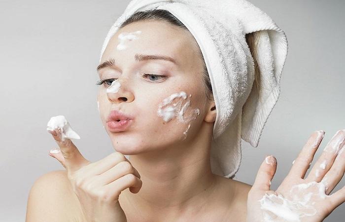 Thường xuyên vệ sinh da mặt và tẩy tế bào chết cho da