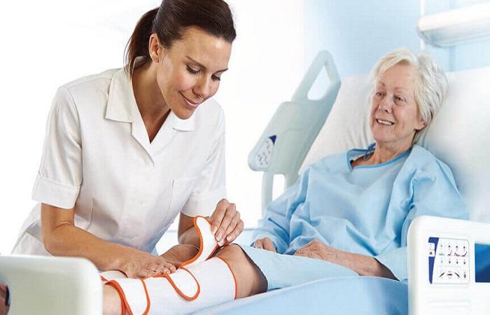 chữa bệnh đau khớp bằng cách đến gặp bác sĩ