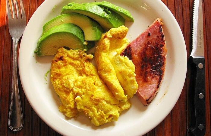 một bữa sáng mẫu trong thực đơn giảm béo cho nam giới